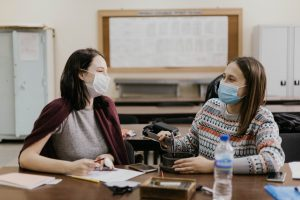 Virus SAR-CoV-2 lây qua đường không khí không ? Cần phải làm gì ?